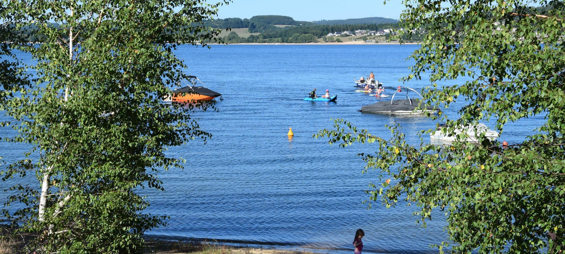 Nautical activities on the lake of Pareloup where is situated the natural campsite Parc du Charouzech