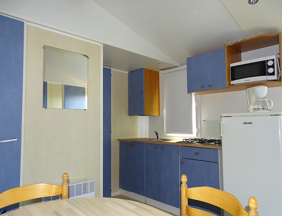 Kitchen of the mobile home Myosotis 28 m² in rent out foor your holidays at the campsite Parc du Charouzech in Aveyron