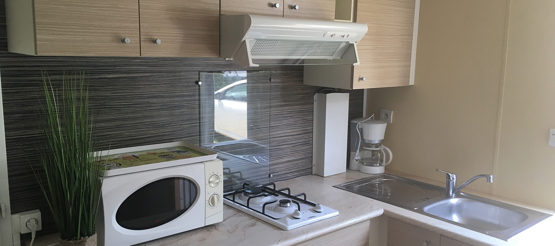 Kitchen of the Rêve mobile home up for rental located in Aveyron